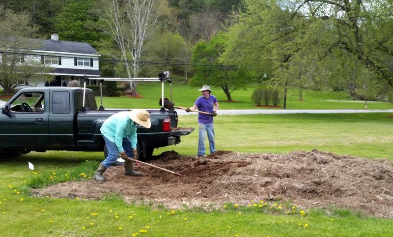 2016-05-21 Chris & Ned shovel neighbor Bill's tree dirt.59